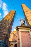 Башни болонья и Chiesa di Сан Bartolomeo Болонья, Италия Стоковые Изображения RF