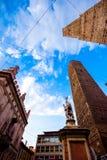 Башни болонья и Chiesa di Сан Bartolomeo Болонья, Италия Стоковое Изображение