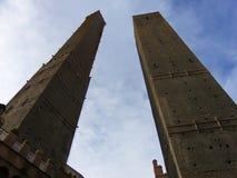 2 башни болонья, башни Asinelli и башни Garisenda, Италии стоковая фотография rf