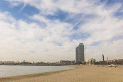 Башни близнецов, расположенные между пляжем Barceloneta и t Стоковое фото RF