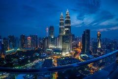 Башни Близнецы Куалаа-Лумпур на голубых часе & сумраке Стоковые Изображения RF
