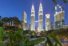 Башни Близнецы Petronas в голубом часе Стоковые Изображения RF