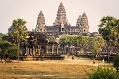 Башни виска Angkor Wat с лучами вечера захода солнца Стоковые Изображения RF
