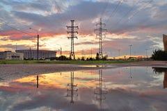 Башни высоковольтных линий электропередач и St спорт-концерта сложного Стоковое Фото