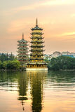 2 башни в Guilin Китае на заходе солнца Стоковые Изображения