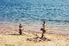 Башни камня на береге озера, кучи камней Стоковое фото RF