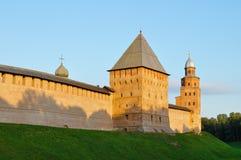 Башни Кремля в Veliky Новгороде, России - ландшафте архитектуры лета в свете захода солнца Стоковые Изображения RF