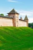 Башни крепости Кремля в Veliky Новгороде, России - взгляде захода солнца архитектуры весны красочном Стоковые Фотографии RF