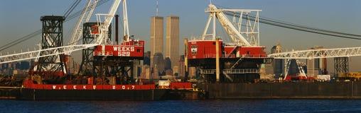 Башни мировой торговли через промышленные краны Стоковые Изображения RF