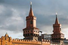 Башни моста Oberbaum Это двухэтажный мост пересекая оживление реки Берлина, рассматриваемое один из города стоковое изображение rf