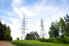 Башни наэлектризованности на зеленом холме горизонтальном Стоковые Изображения RF