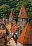 Башни на средневековой стене города в Таллине, Эстонии Стоковое Изображение