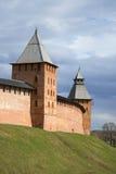 Башни Новгорода Кремля, пасмурного дня в апреле novgorod Россия veliky стоковая фотография