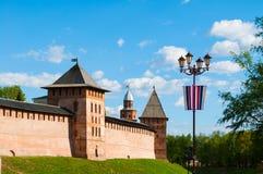 Башни Новгорода Кремля, Veliky Новгорода, России, и фонарика улицы с русскими флагами Стоковые Изображения RF