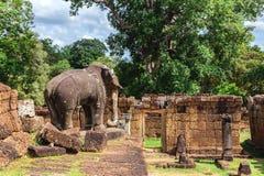 Башни, огромные деревья и галереи в Angkor Wat, Камбодже Стоковое Изображение