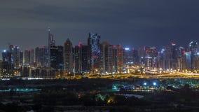 Башни озера Jumeirah и Марина Дубай небоскребы и поле для гольфа во время всю ночь timelapse, Дубай, соединили арабское видеоматериал