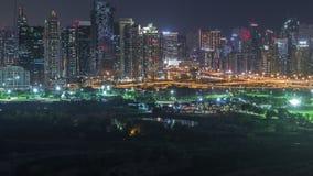 Башни озера Jumeirah и Марина Дубай небоскребы и timelapse ночи поля для гольфа, Дубай, Объениненные Арабские Эмираты акции видеоматериалы