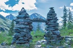 2 башни от камня на туристском следе Стоковая Фотография