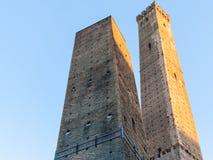 2 башни должное Torri и голубого небо в болонья Стоковое фото RF