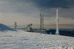Башни передатчика на холме в зиме Стоковые Фото