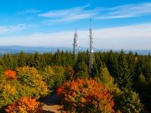 2 башни передачи в лесе осени Стоковое Изображение RF