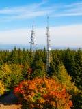 2 башни передачи в лесе осени Стоковое Фото