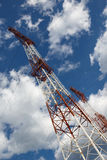 Башни передачи против голубого неба и облаков Стоковые Изображения