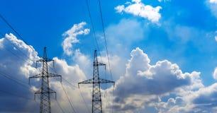 2 башни передачи станции трансформатора и голубого неба Концепция для энергии и технологии Стоковые Изображения RF