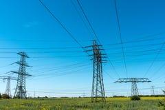 Башни передачи с линиями электропередач Стоковые Изображения