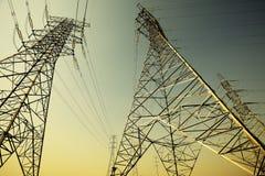 Башни передачи энергии предпосылки неба Стоковые Изображения RF