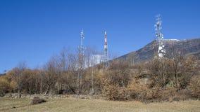 Башни радиосвязи внутри естественного ландшафта Стоковое Фото