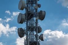 Башни радиосвязи с спутниковыми антенна-тарелками и антеннами Стоковые Изображения