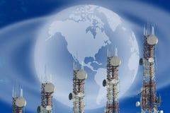 Башни радиосвязи аранжированные как диаграмма в виде вертикальных полос на ба голубого неба Стоковая Фотография