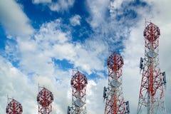 Башни радиосвязи аранжированные как диаграмма в виде вертикальных полос на голубом небе Стоковые Фотографии RF