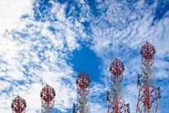 Башни радиосвязи аранжированные как диаграмма в виде вертикальных полос на ясной сини Стоковые Изображения