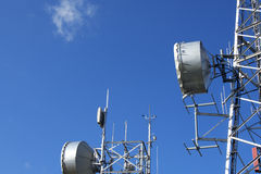 Башни радиосвязи на голубом небе Стоковое Изображение RF