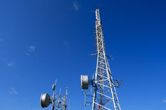 Башни радиосвязи на голубом небе Стоковое фото RF