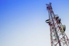 Башни радиосвязи с антеннами в голубом небе Стоковое Изображение RF