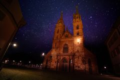 Башни собора монастырской церкви Базеля против звездного неба стоковые изображения