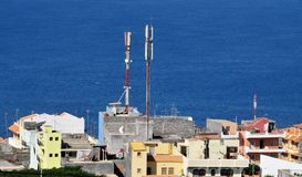 Башни сотового телефона над домами Стоковое фото RF