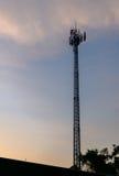 Башни сотового телефона силуэта с twilight небом Стоковая Фотография RF