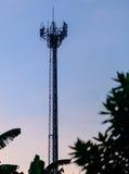 Башни сотового телефона силуэта с twilight небом Стоковые Изображения RF