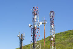 Башни с антеннами клетчатого Стоковые Изображения