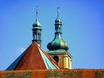 Башни церков на заднем плане голубых башен skyChurch на заднем плане голубого неба Стоковые Фото