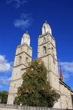 Башни церков Grossmunster в Цюрихе в последнем солнечном свете Стоковые Фотографии RF