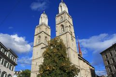 Башни церков Grossmunster в Цюрихе в последнем солнечном свете Стоковые Изображения RF