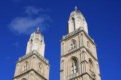 Башни церков Grossmunster в Цюрихе в последнем солнечном свете Стоковые Фото