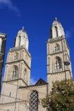 Башни церков Grossmunster в Цюрихе в последнем солнечном свете Стоковая Фотография RF
