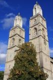 Башни церков Grossmunster в Цюрихе в последнем солнечном свете Стоковое Изображение RF
