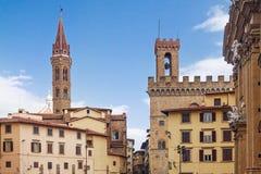 Башни Badia Fiorentina и bargello над домами стоковое изображение
